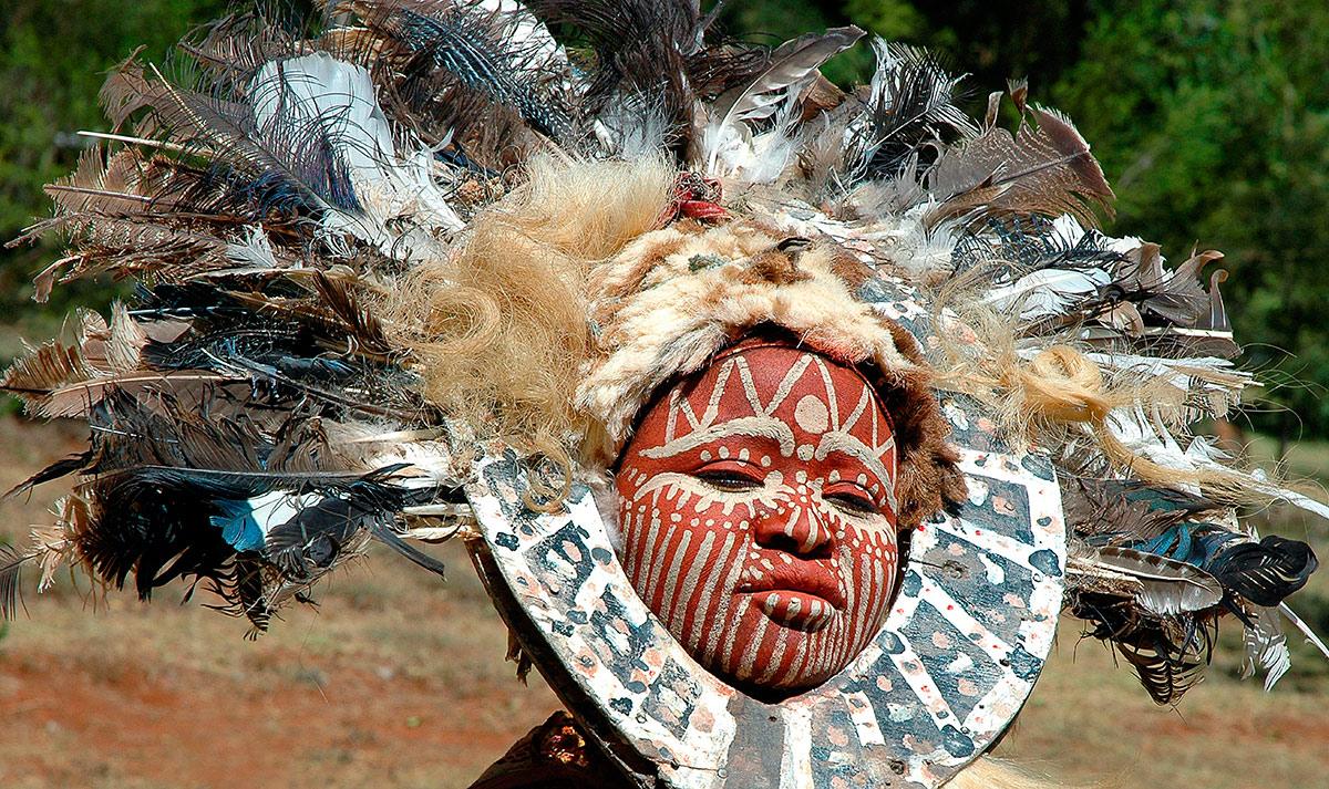 Женщина племени Кикую. Головной убор из перьев