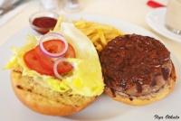 <p>Еда в Кении. Бургер в ресторане Кафессерие</p>
