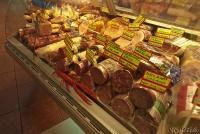 <p>Еда в Кении. Практически вся колбаса - привозная из Европы</p>