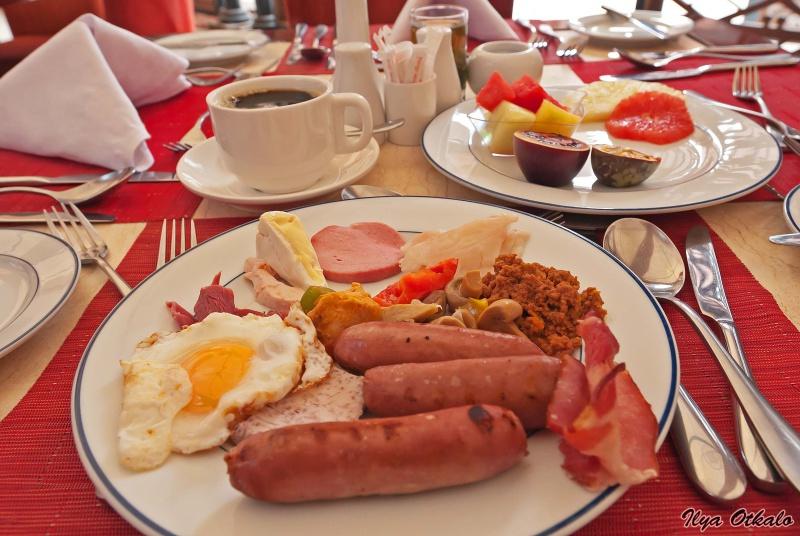 Кенийский завтрак в ресторане при отеле
