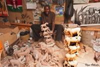 <p>Кения. Мастер по вырезанию фигурок из дерева.</p>