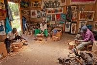 <p>Кения. Мастерская по изготовления сувениров.</p>