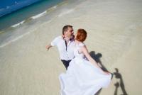 <p>Кения, свадьба на берегу океана. Поцелуй</p>