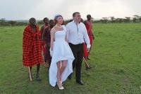 <p>Кения, свадьба по обрядам масаев. Идем в деревню</p>