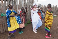 <p>Кения, свадьба по обрядам масаев. Женщины встречают невесту</p>