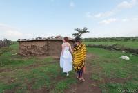 <p>Кения, свадьба по обрядам масаев. Невесту ведут переодевать</p>
