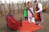 <p>Кения, свадьба по обрядам масаев. Старейшины благословляют молодых</p>