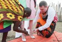 <p>Кения, свадьба по обрядам масаев. Кольцо одевается... невесте на ногу</p>
