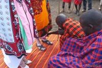 <p>Кения, свадьба по обрядам масаев. Поливание ног молоком</p>
