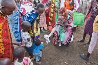 <p>Кения, свадьба по обрядам масаев. Подарки детишкам</p>