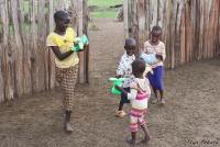 <p>Кения, свадьба по обрядам масаев. Дети радуются подаренным игрушкам</p>