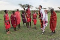 <p>Кения, свадьба по обрядам масаев. Кто кого перепрыгает?</p>