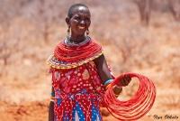 <p>Кения, племя Самбуру. Женщина, продающая обручи на шею.</p>