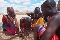 <p>Кения, племя Самбуру добывает огонь.</p>