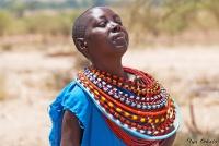 <p>Кения, племя Самбуру. Жешщина танцует, плечами подкидывая кольца.</p>