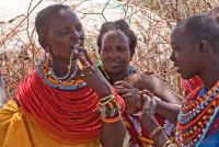 <p>Женщина племени самбуру показывает новые бусы.</p>